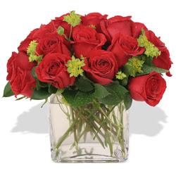 İzmir Konak uluslararası çiçek gönderme  10 adet kirmizi gül ve cam yada mika vazo