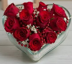 Kalp içerisinde 7 adet kırmızı gül  İzmir Konak uluslararası çiçek gönderme