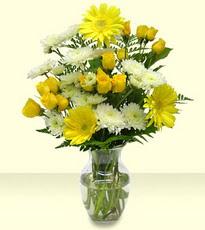 İzmir Konak hediye çiçek yolla  cam yada mika vazoda sarigül ve gerberalar