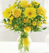 İzmir Konak çiçek , çiçekçi , çiçekçilik  cam yada mika Vazoda sari gül ve çiçekler