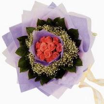 12 adet gül ve elyaflardan   İzmir Konak çiçek servisi , çiçekçi adresleri