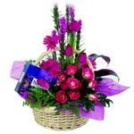 çikolata ve sepette çiçek   İzmir Konak online çiçek gönderme sipariş