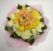 sari ve beyaz gül karisimda   İzmir Konak anneler günü çiçek yolla