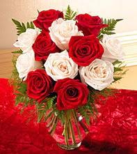 İzmir Konak çiçek yolla  5 adet kirmizi 5 adet beyaz gül cam vazoda