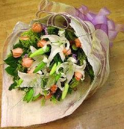 İzmir Konak kaliteli taze ve ucuz çiçekler  11 ADET GÜL VE 1 ADET KAZABLANKA