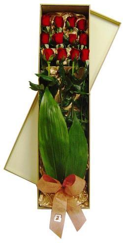 İzmir Konak çiçek servisi , çiçekçi adresleri  görsel bir kutu içerisinde 12 adet kalite gül