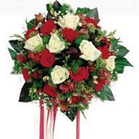 İzmir Konak hediye sevgilime hediye çiçek  6 adet kirmizi 6 adet beyaz ve kir çiçekleri buket