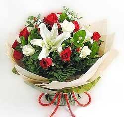 güller ve kazablanklardan görsel bir buket  İzmir Konak kaliteli taze ve ucuz çiçekler