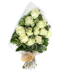 İzmir Konak çiçekçiler  12 li beyaz gül buketi.