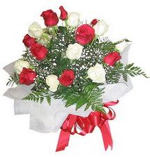 İzmir Konak anneler günü çiçek yolla  12 adet kirmizi ve beyaz güller buket
