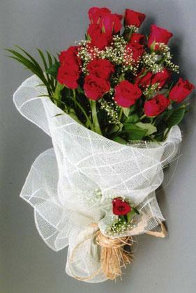 10 adet kirmizi güllerden buket çiçegi  İzmir Konak internetten çiçek satışı