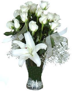 cam içerisinde 11 beyaz gül ve 1 kazablanka  İzmir Konak çiçek mağazası , çiçekçi adresleri