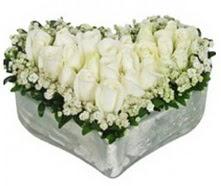 İzmir Konak çiçekçi mağazası  9 adet beyaz gül mika kalp içerisindedir