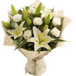 İzmir Konak çiçekçi telefonları  3 dal kazablanka ve 7 adet beyaz gül buketi