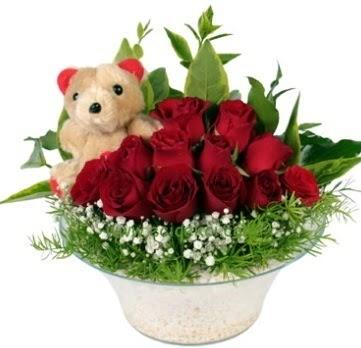Cam tabakta 7 adet kırmızı gül ve küçük ayı  İzmir Konak çiçek servisi , çiçekçi adresleri