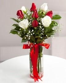 5 kırmızı 4 beyaz gül vazoda  İzmir Konak çiçek gönderme sitemiz güvenlidir