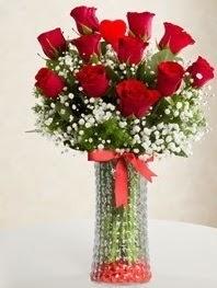 Cam vazoda 11 adet kırmızı gül kalp çubuk  İzmir Konak İnternetten çiçek siparişi