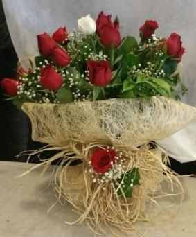 Kız isteme çiçeği 20 kırmızı 1 beyaz  İzmir Konak çiçek mağazası , çiçekçi adresleri