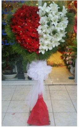 Özel üstü özel kalp çiçek tanzimi  İzmir Konak online çiçek gönderme sipariş