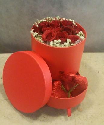 Çekmeceli kutu içerisinde çikolata ve güller  İzmir Konak 14 şubat sevgililer günü çiçek