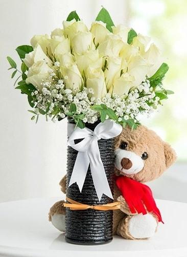 Cam vazoda 25 beyaz gül ve peluş ayı  İzmir Konak 14 şubat sevgililer günü çiçek