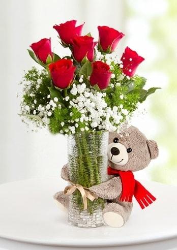 Cam vazoda 7 kırmızı gül ve peluş ayı  İzmir Konak uluslararası çiçek gönderme