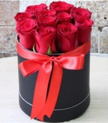 Kutu içerisinde 9 adet kırmızı gül  İzmir Konak güvenli kaliteli hızlı çiçek