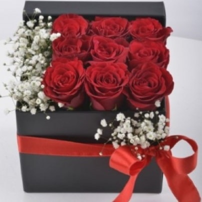 Kutu içerisinde 9 adet kırmızı gül  İzmir Konak çiçek mağazası , çiçekçi adresleri