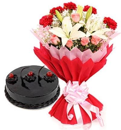 Karışık mevsim buketi ve 4 kişilik yaş pasta  İzmir Konak çiçek servisi , çiçekçi adresleri