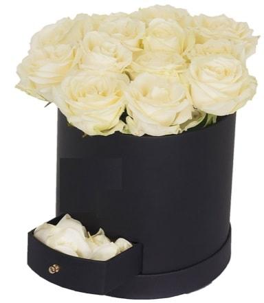 Kutu içerisinde 18 adet beyaz gül  İzmir Konak online çiçek gönderme sipariş