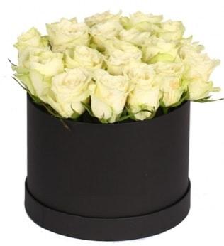 19 adet beyaz gülden görsel kutu çiçeği  İzmir Konak çiçek mağazası , çiçekçi adresleri