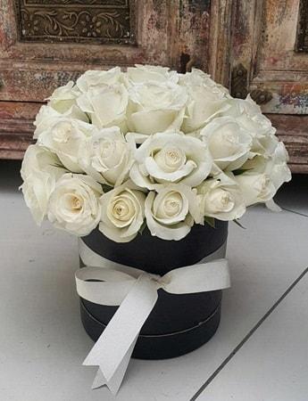 33 adet beyaz gülden görsel kutu tanzimi  İzmir Konak yurtiçi ve yurtdışı çiçek siparişi
