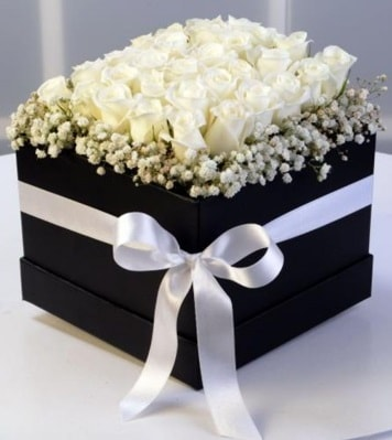 Kare kutuda 19 adet beyaz gül  İzmir Konak İnternetten çiçek siparişi