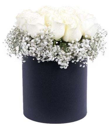 Özel kutuda özel 15 beyaz gül aranjmanı  İzmir Konak uluslararası çiçek gönderme