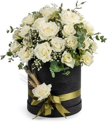 Kutu içerisinde 33 adet kırmızı gül tanzimi  İzmir Konak hediye çiçek yolla