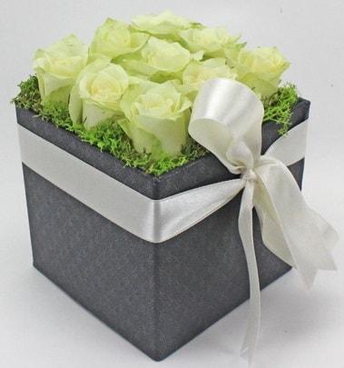 9 adet beyaz gülden özel kutu çiçeği  İzmir Konak çiçek mağazası , çiçekçi adresleri